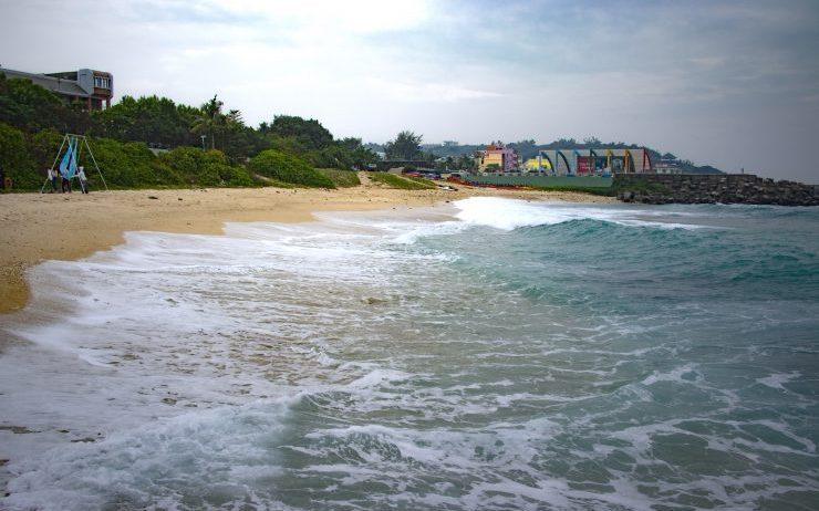「中澳沙灘」潔白貝殼砂沙灘玩水